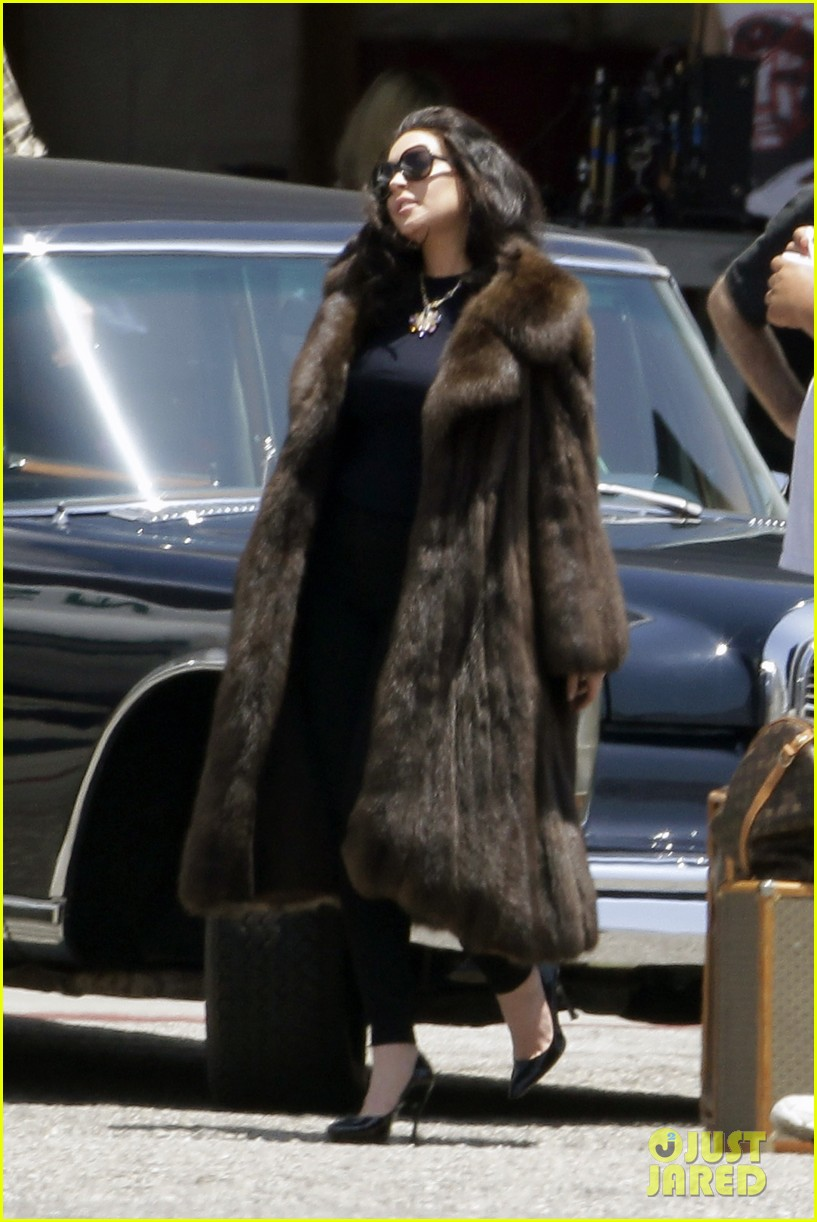 lindsay lohan fur on airplane 01