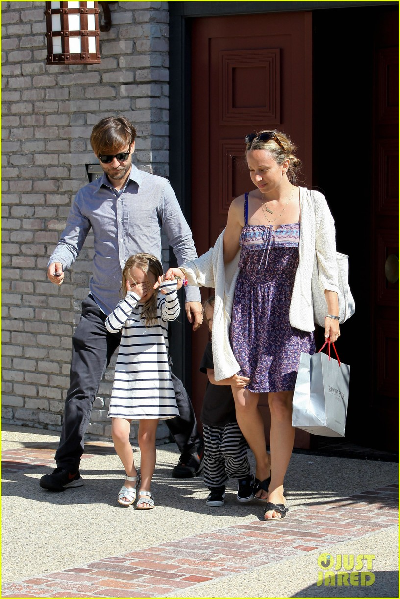 tobey maguire fathers day party 01