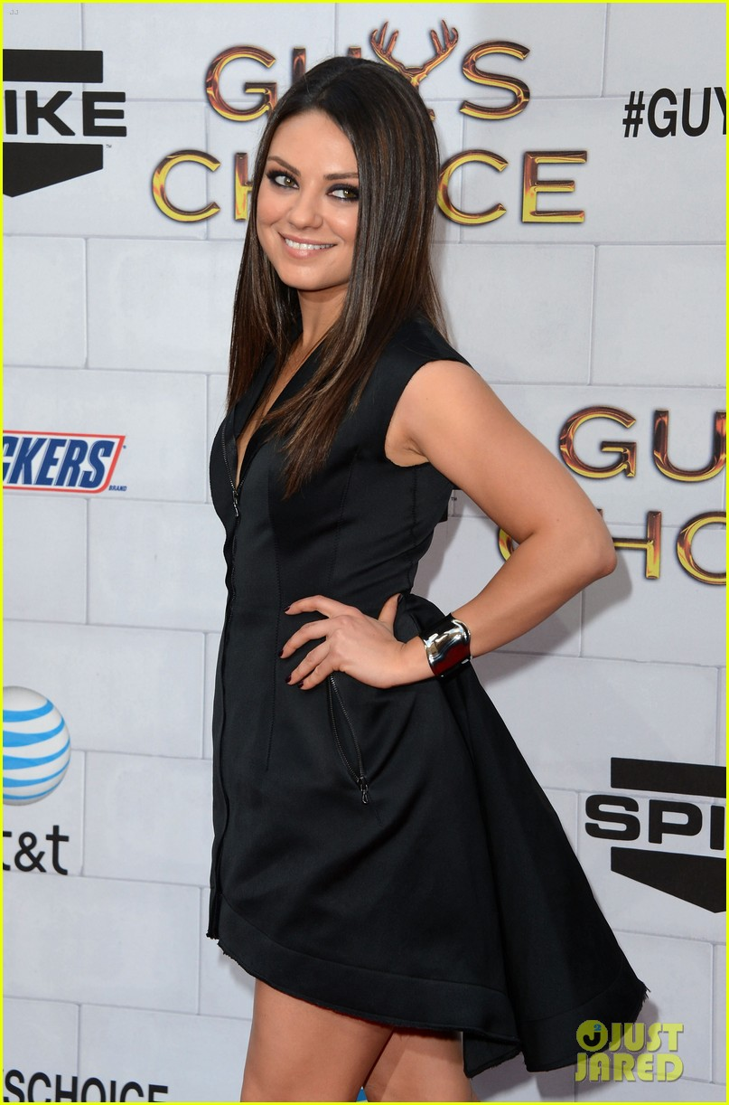 mila kunis guys choice awards 2012 julianne hough 03