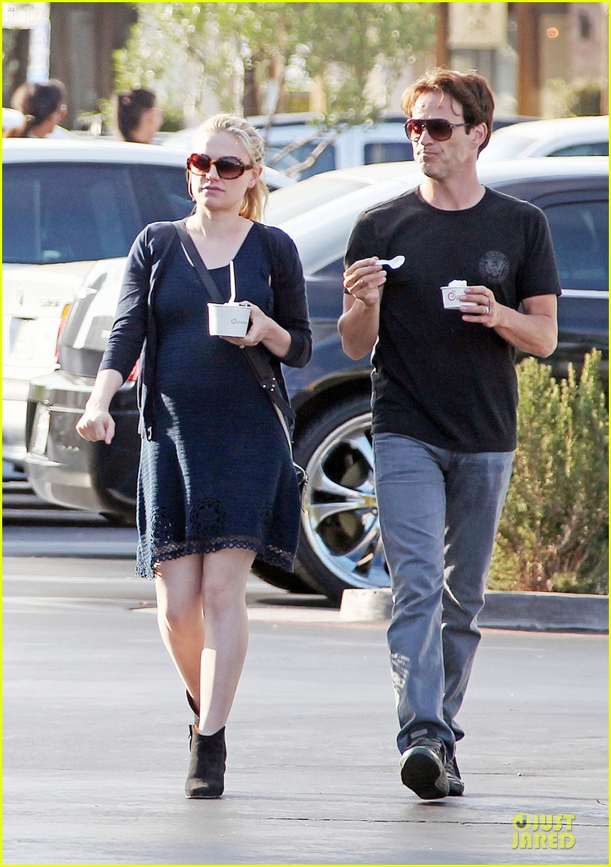 anna paquin pregnant pinkberry 01