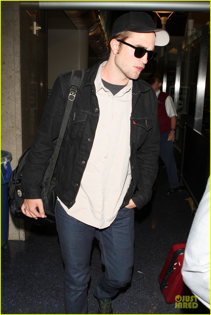 robert pattinson lax landing 02