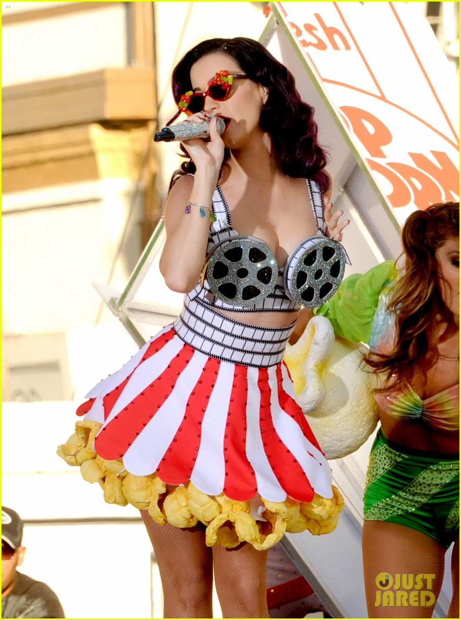 katy perry wide awake performance at part of me premiere 04