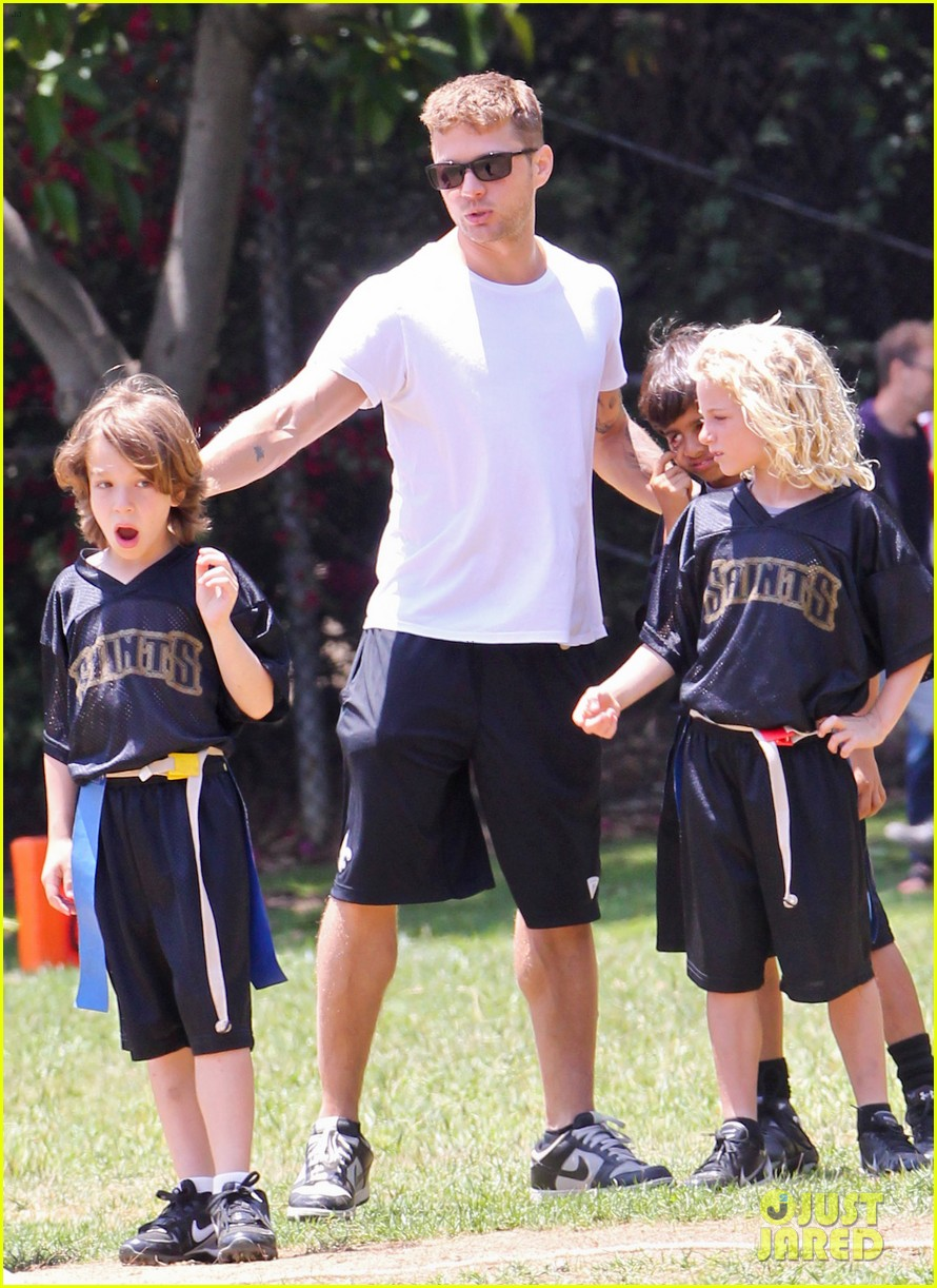 ryan phillippe reveals toned abs at deacons game 15
