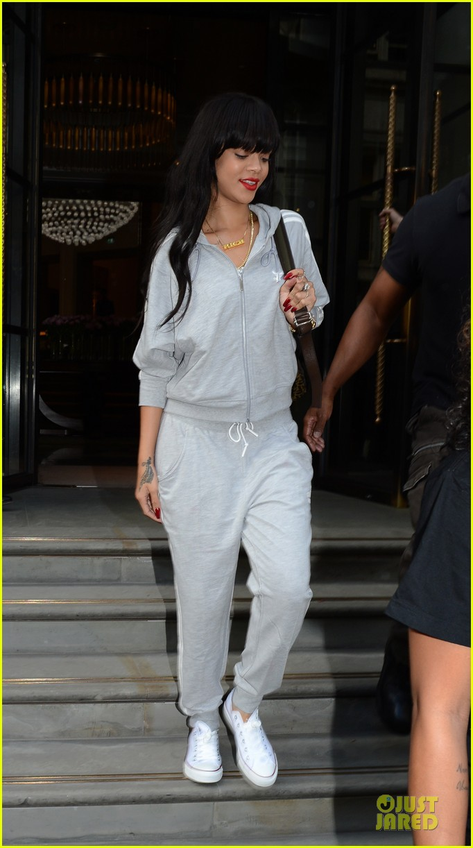 rihanna grey sweats london hotel 05