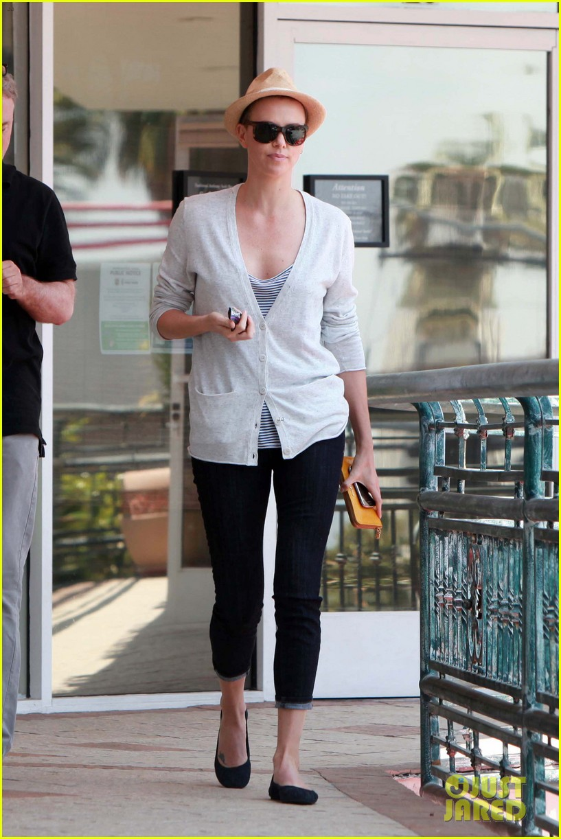 charlize theron sushi park lunch stop 01