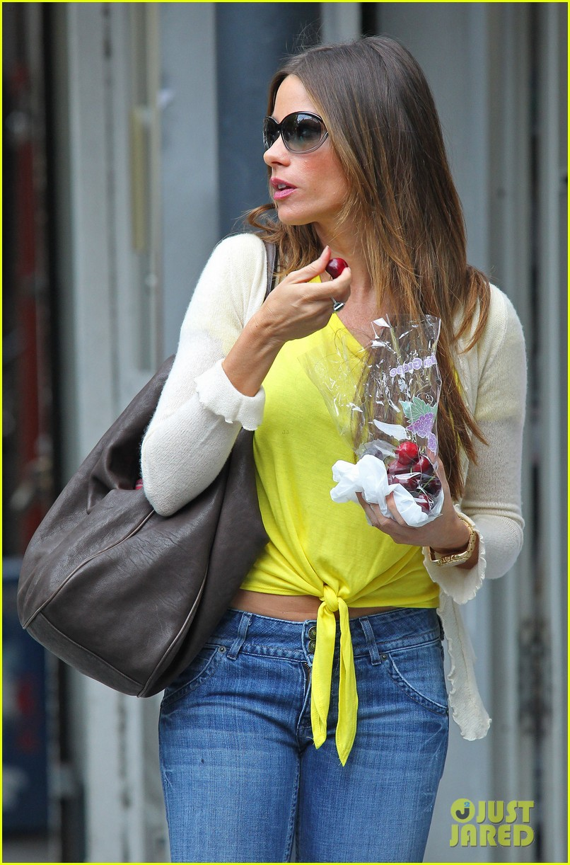 sofia vergara shopping with manolo 04
