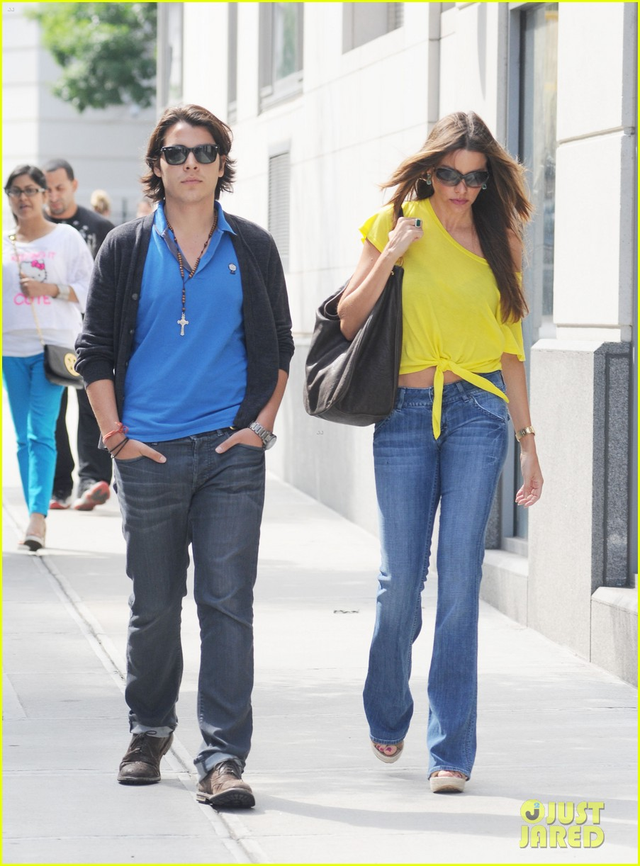 sofia vergara shopping with manolo 08