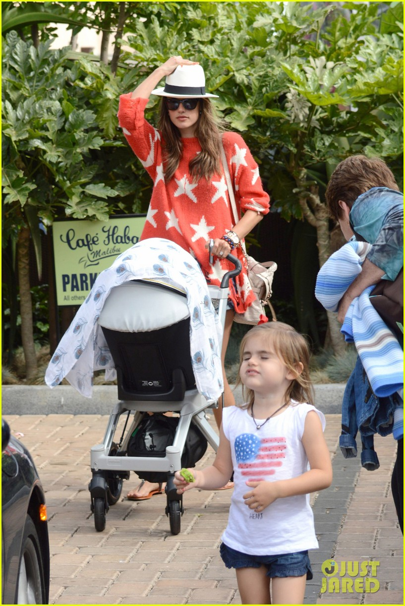 alessandra ambrosio 4th of july with jamie mazur baby noah 01