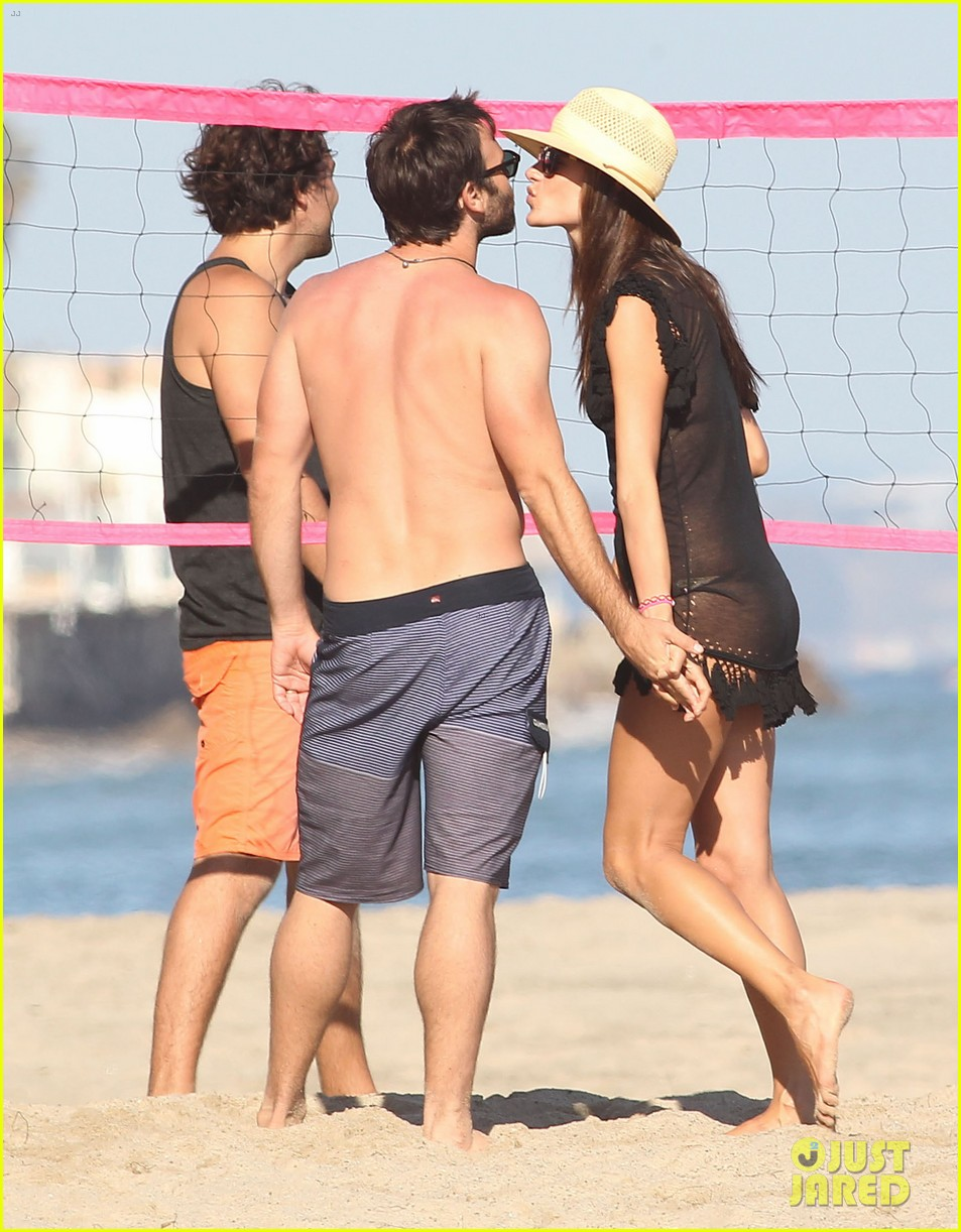 alessandra ambrosio beach time with shirtless jamie mazur 26