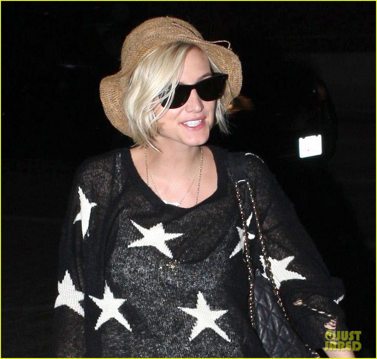 ashlee simpson star sweater at lax 03