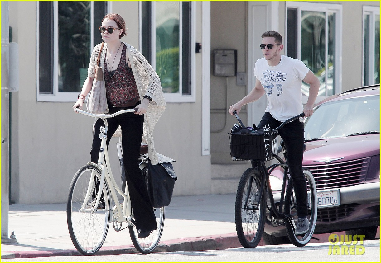 evan rachel wood jamie bell ride bikes 01