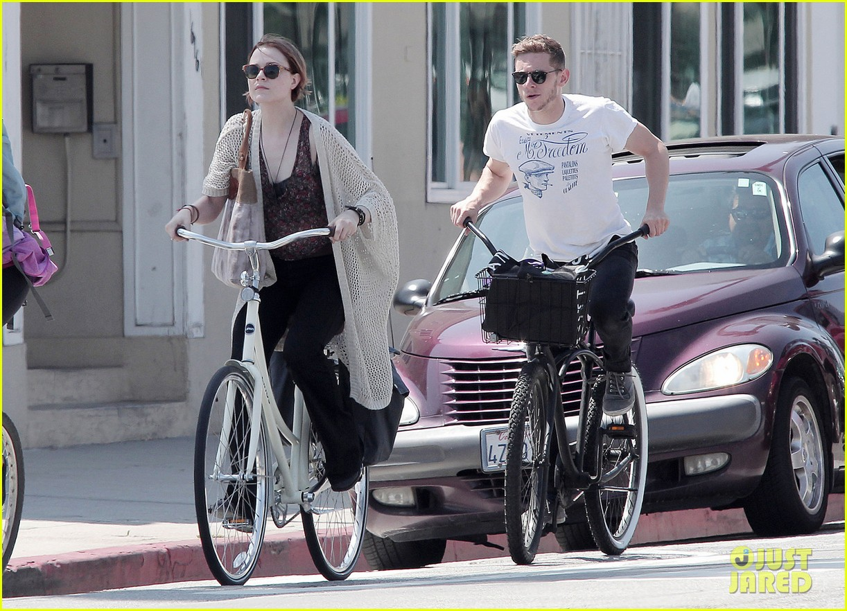 evan rachel wood jamie bell ride bikes 03