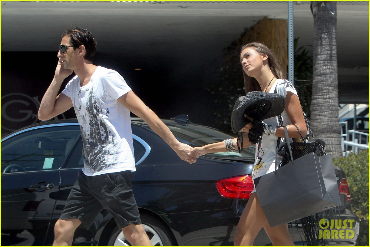adrien brody shopping stroll with lara lieto 05
