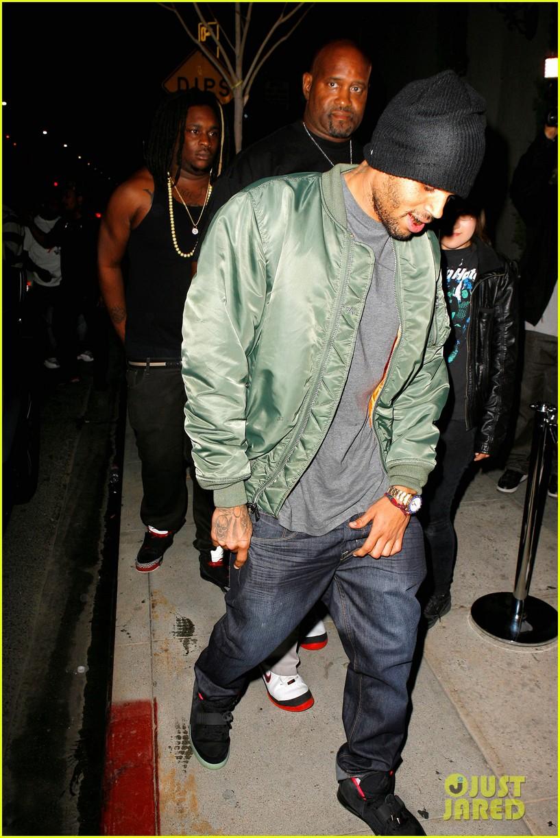 chris brown grills out at av nightclub 122682394