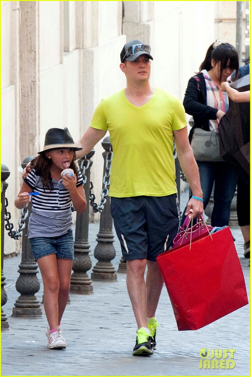 michael buble shopping in rome 12