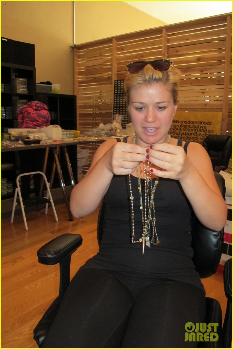 kelly clarkson visits alissa michelle store exclusive pics 02.