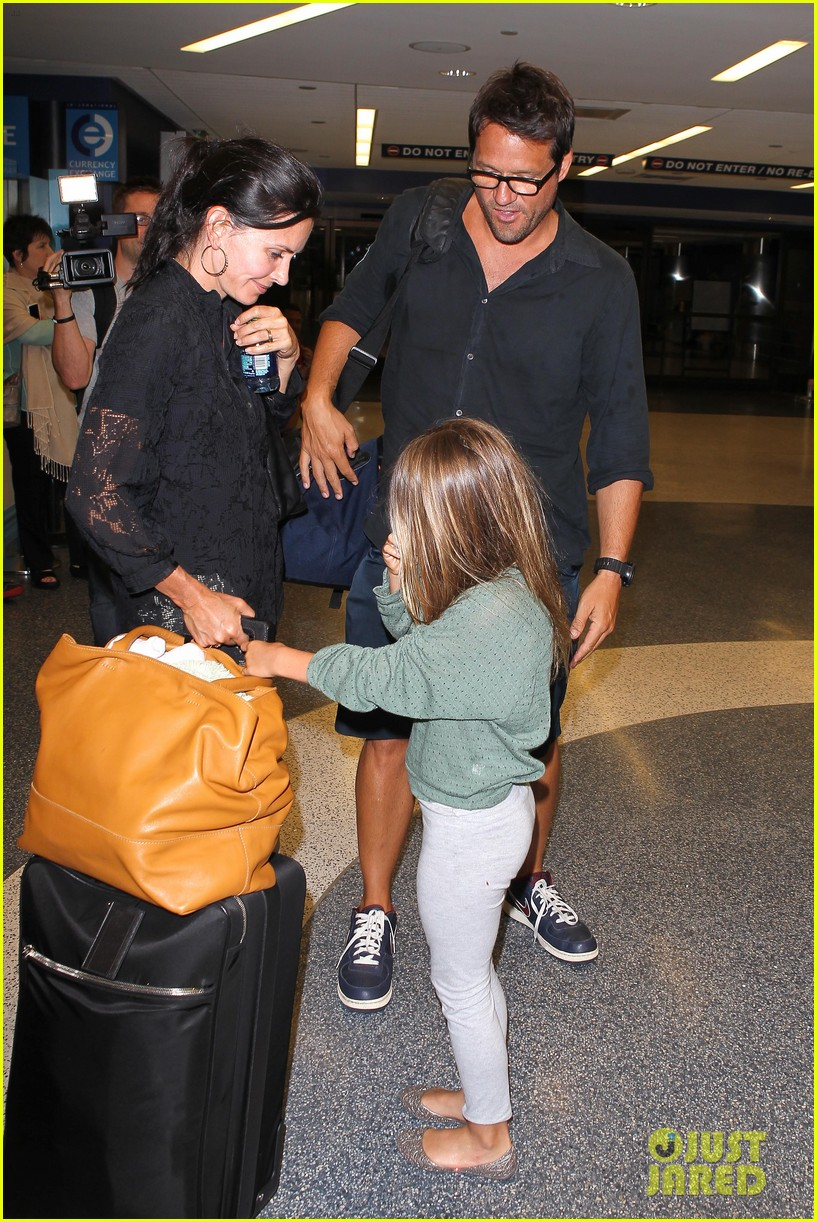 courteney cox coco lax landing 02