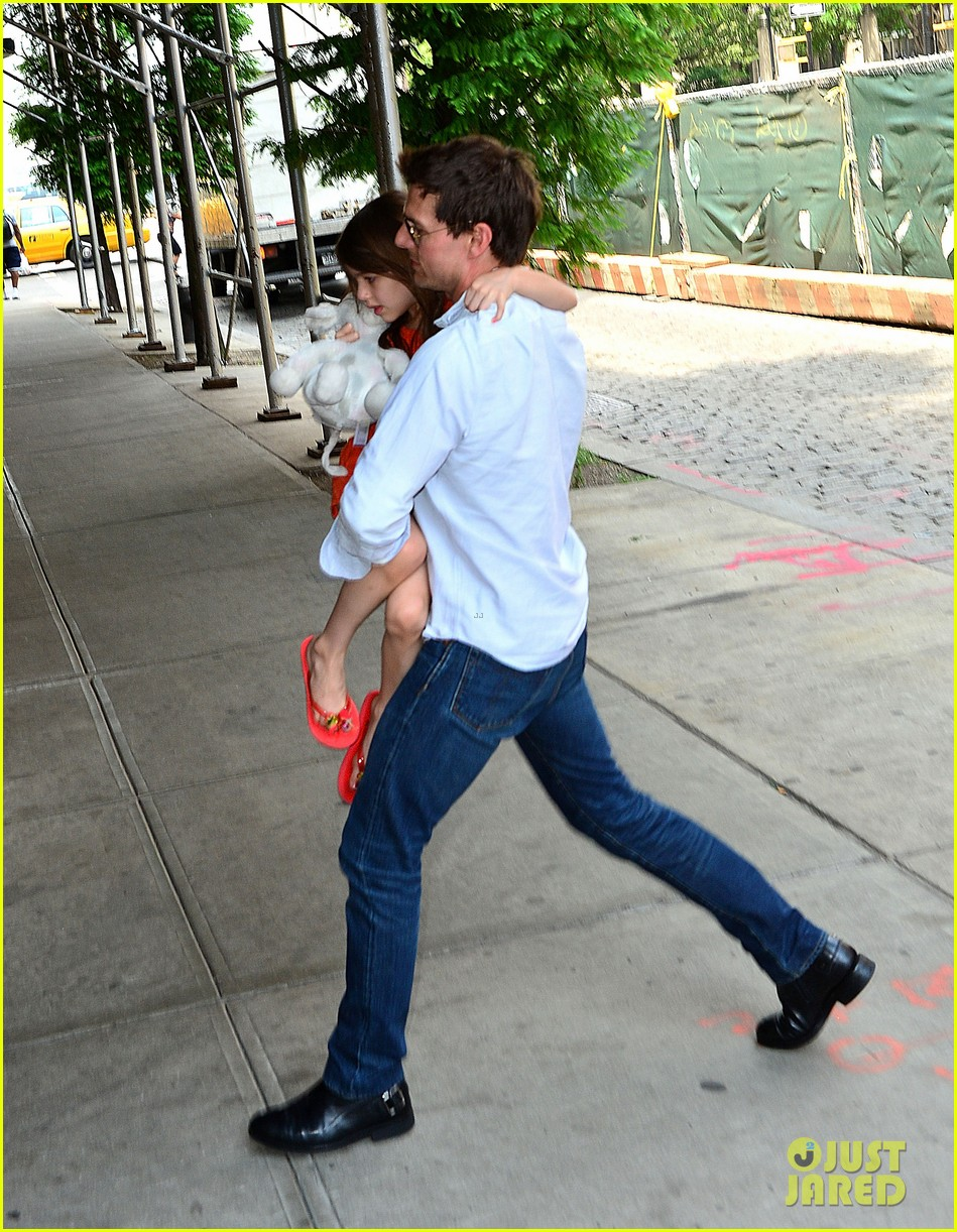 tom cruise visits suri in new york city first pictures 01