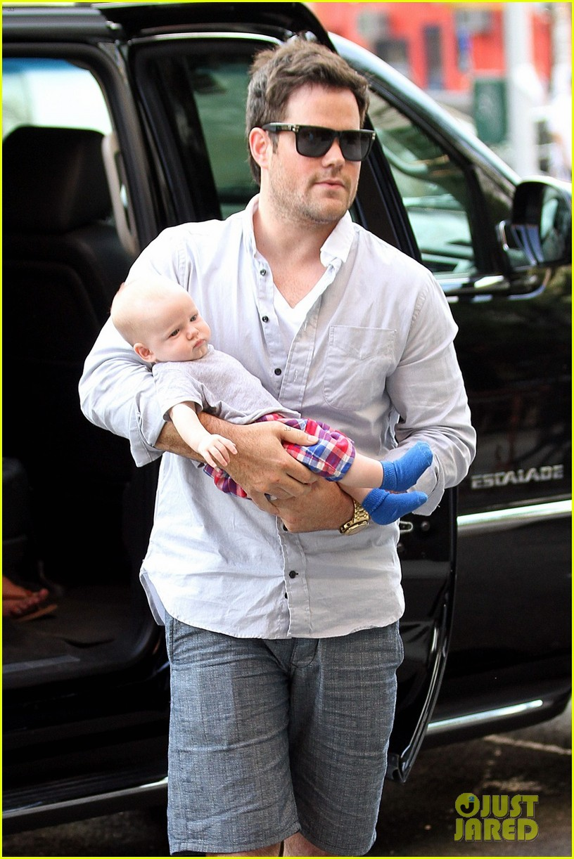 hilary duff new york dinner with baby luca 08