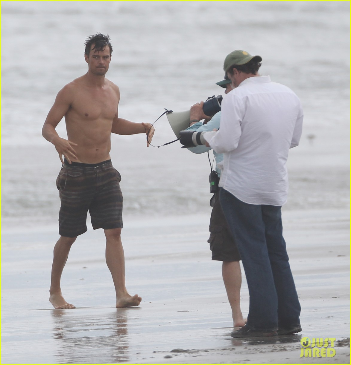 josh duhamel shirtless beach filming 03