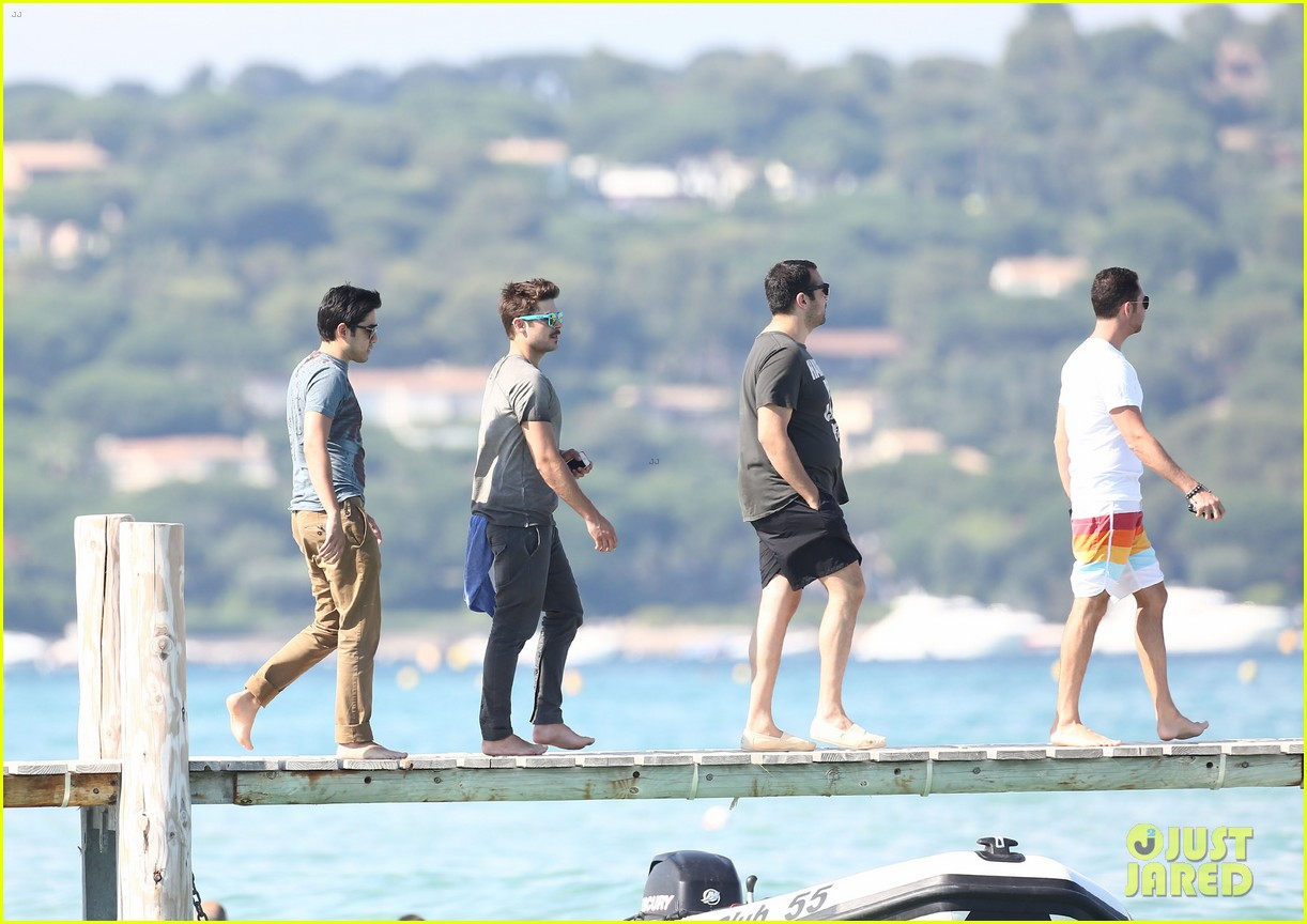 zac efron shirtless july 4 saint tropez 24