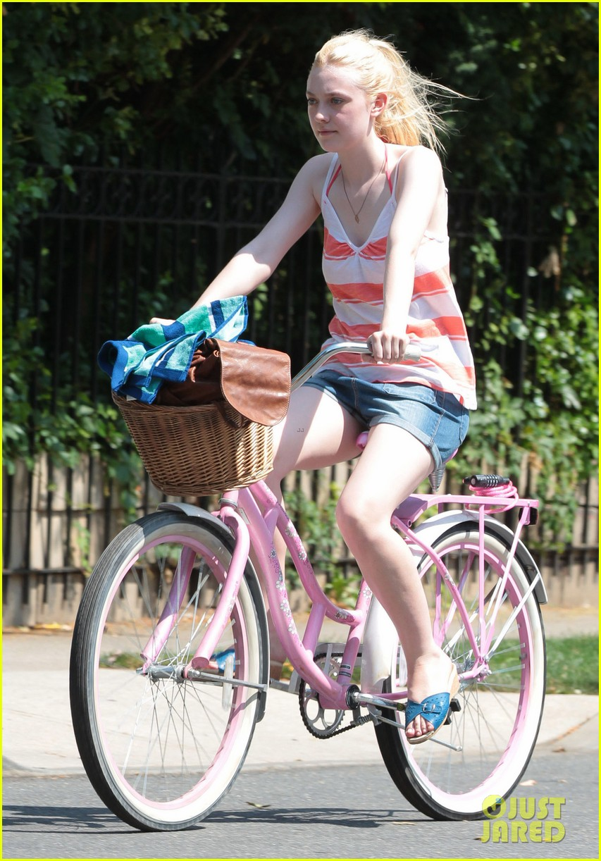 dakota fanning elizabeth olsen big apple bicycles 15