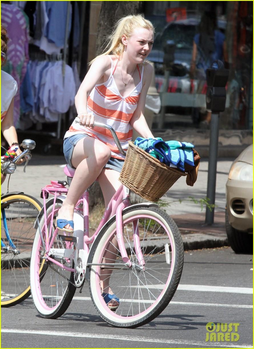 dakota fanning elizabeth olsen big apple bicycles 172683792