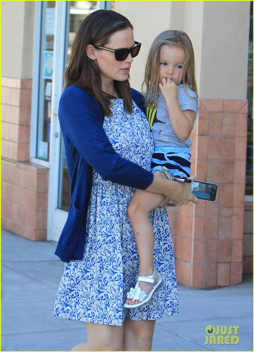 jennifer garner menchies with seraphina 03