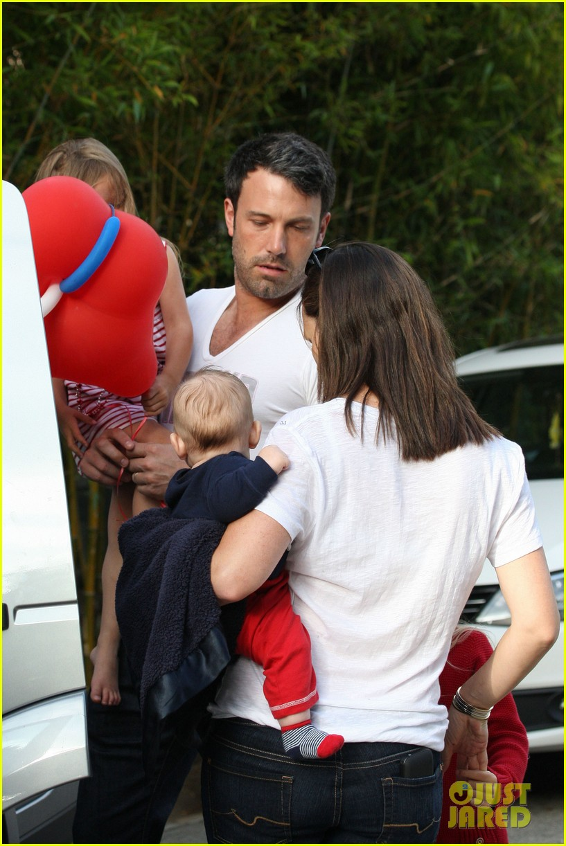 jennifer garner ben affleck bring samuel to parade 34