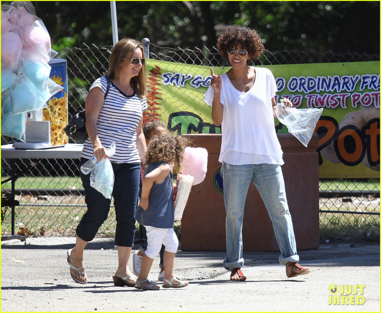 halle berry fourth of july hugs 24