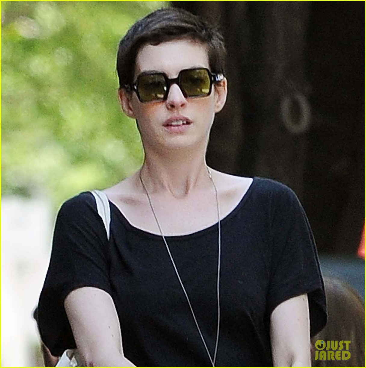 anne hathaway cast removal 02