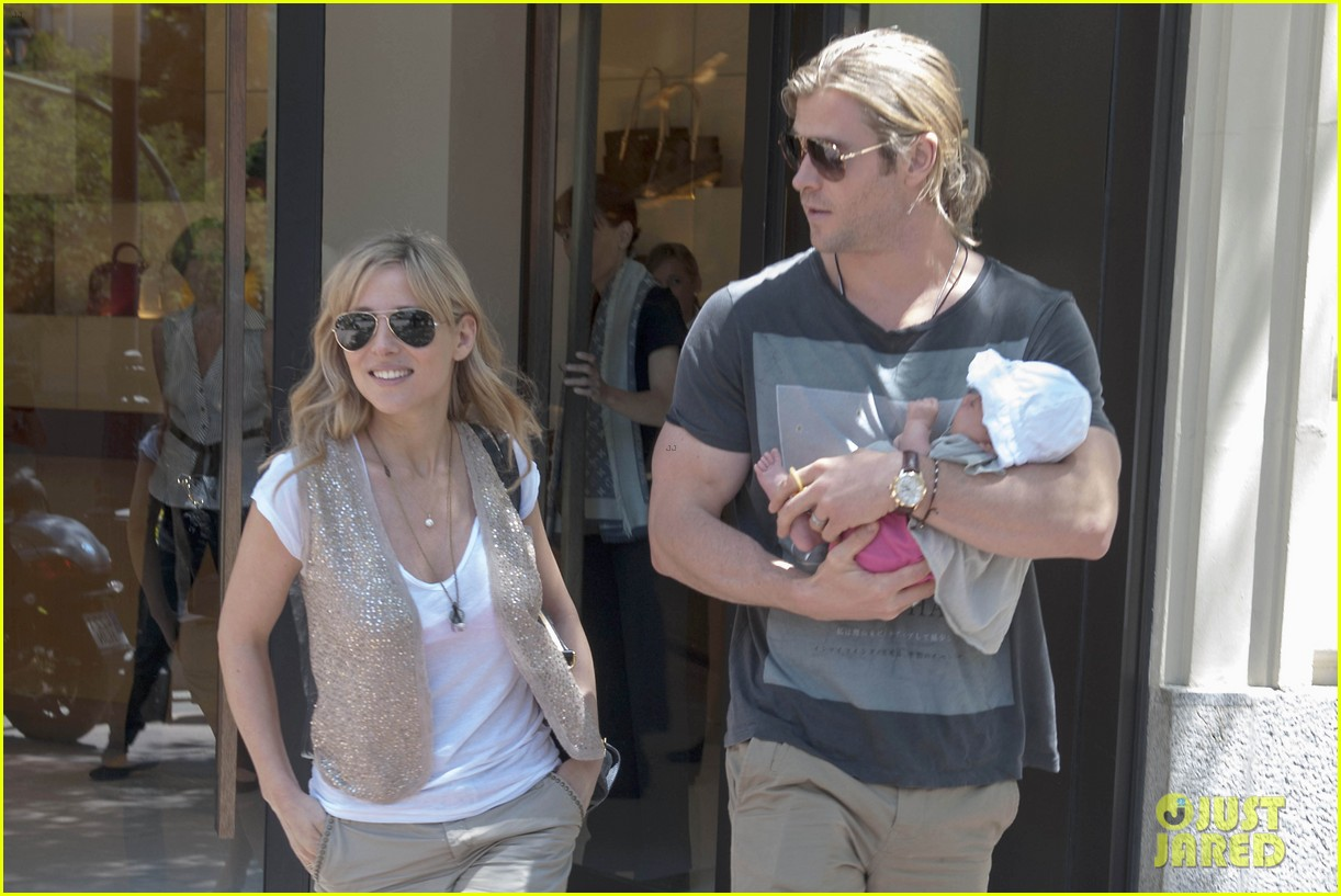 chris hemsworth elsa pataky thyssen museum with india 14