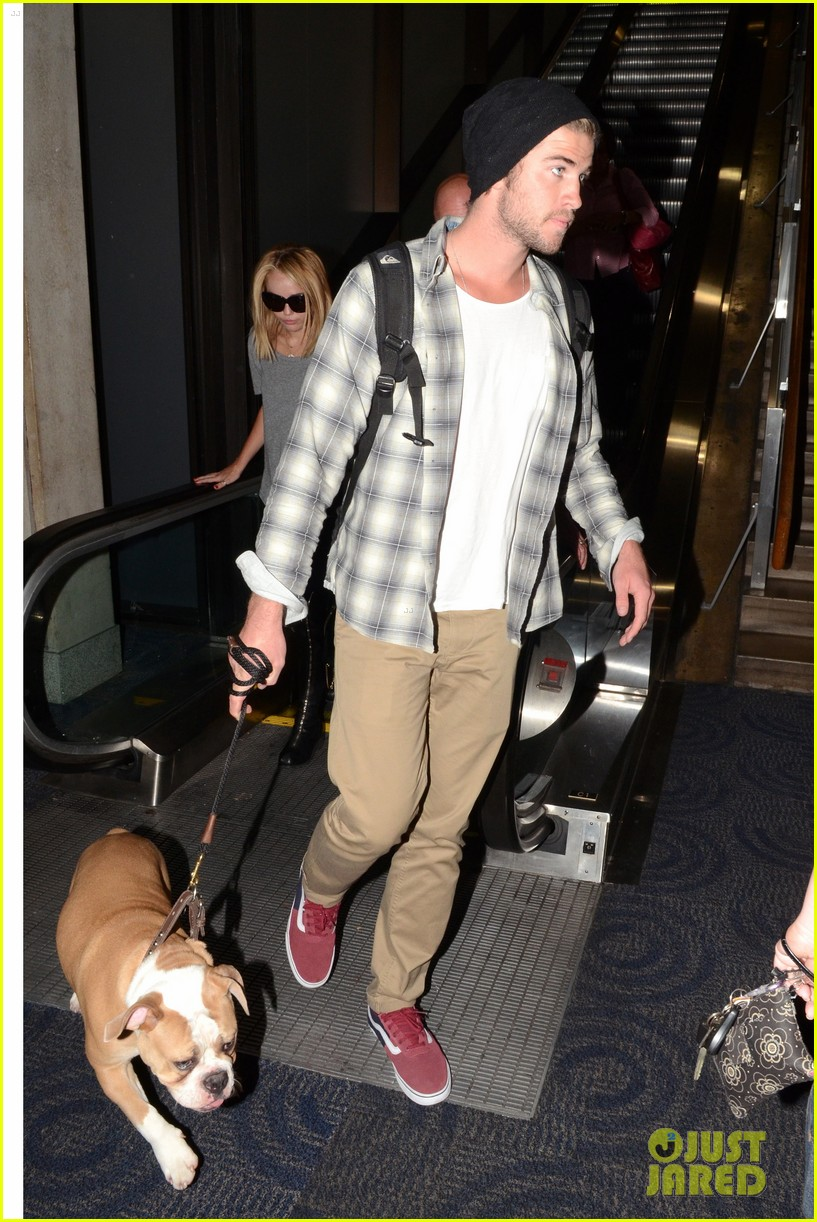 miley cyrus liam hemsworth landing in philly 02