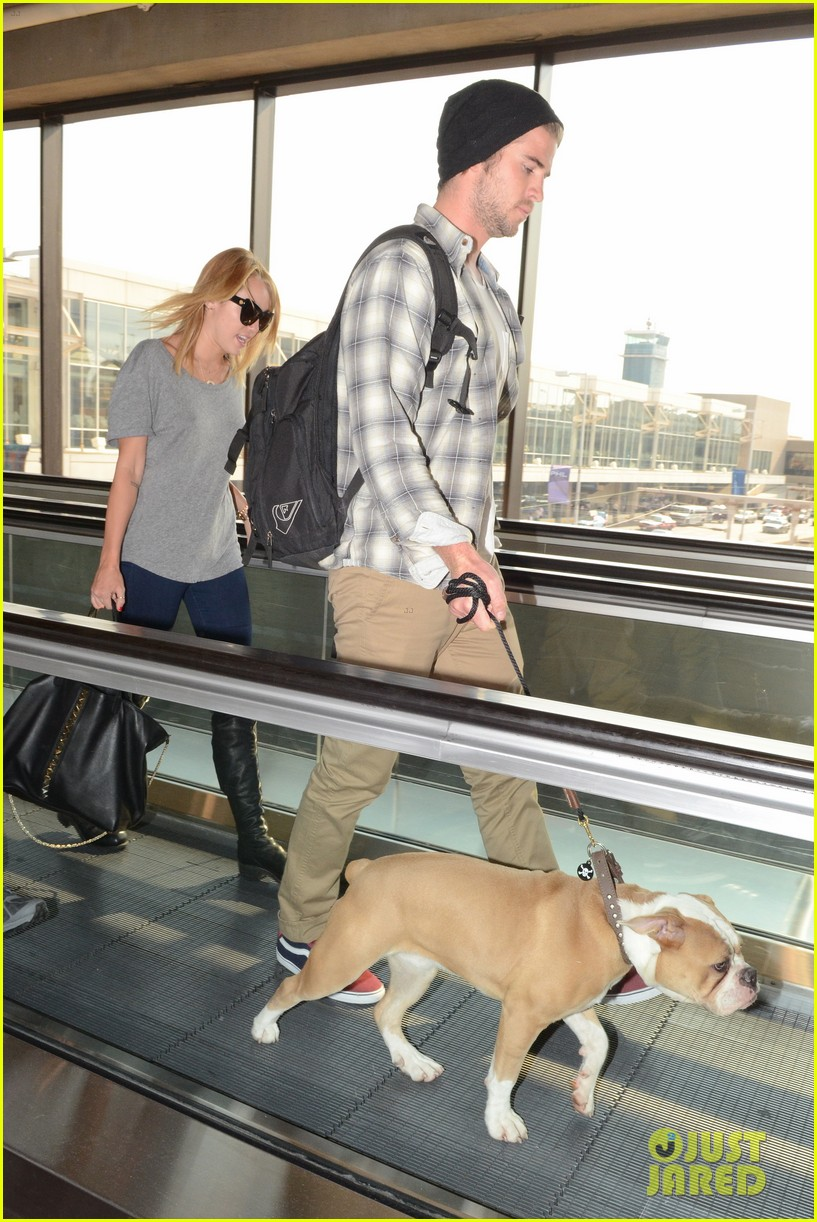 miley cyrus liam hemsworth landing in philly 04