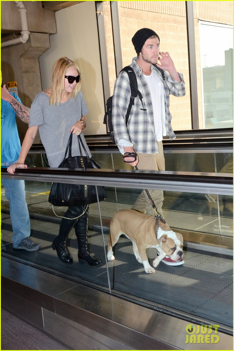 miley cyrus liam hemsworth landing in philly 10