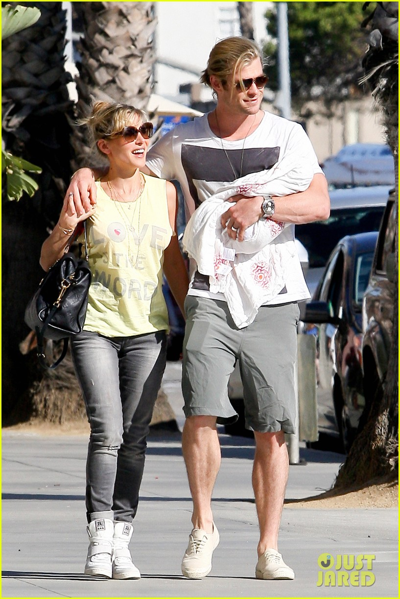 chris hemsworth walk with elsa india 062690082