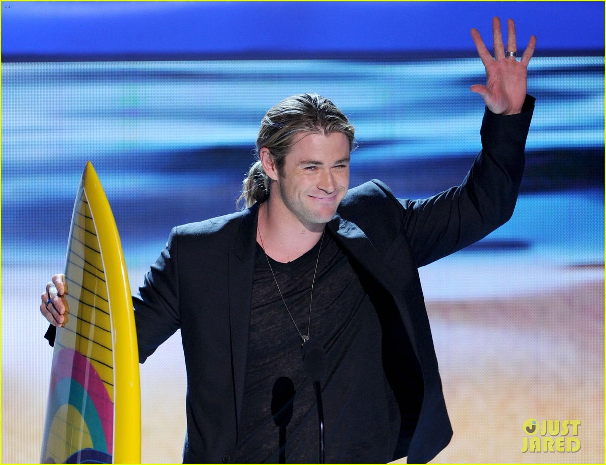 chris hemsworth teen choice awards winner 01