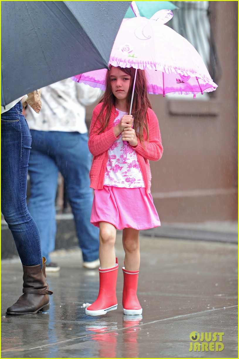 katie suri walking in the rain 03