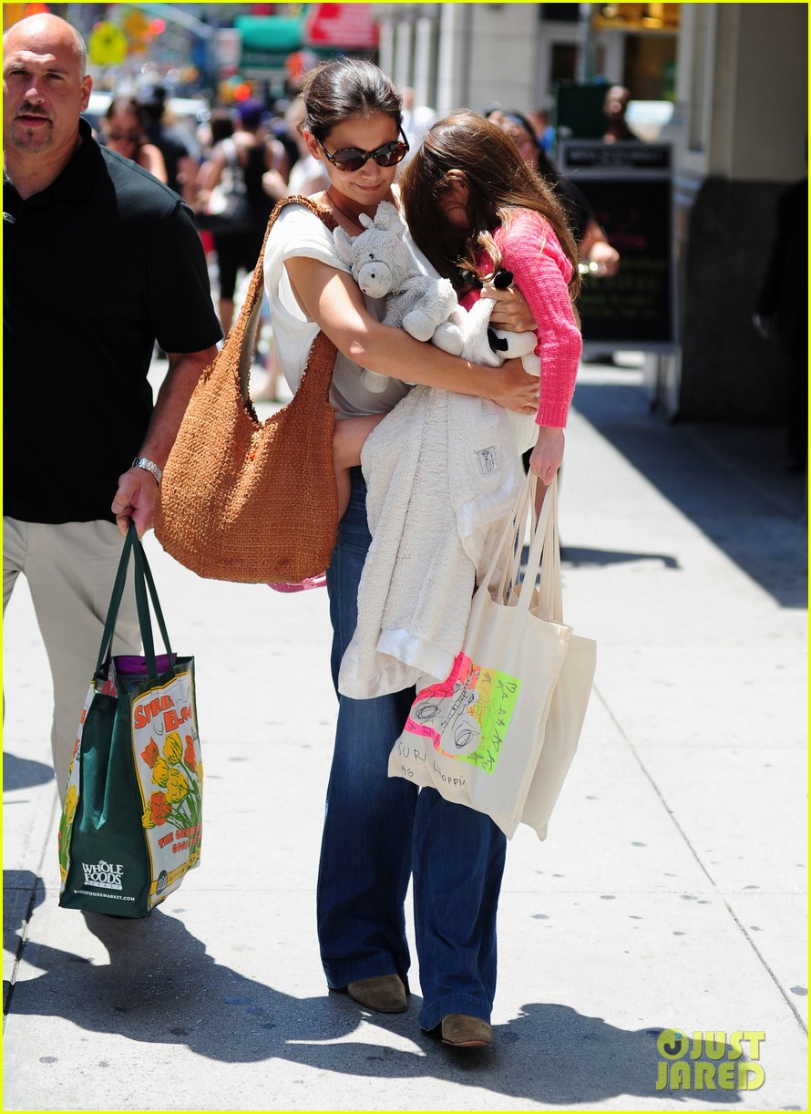 katie holmes suri sunday shoppers 07