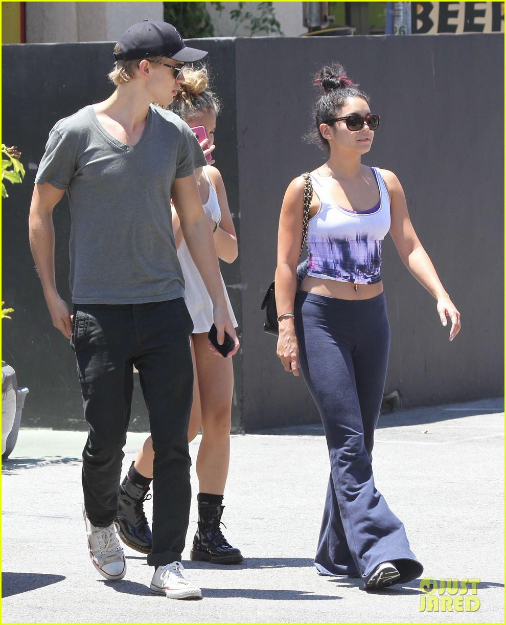 vanessa hudgens austin butler lunch with stella 25