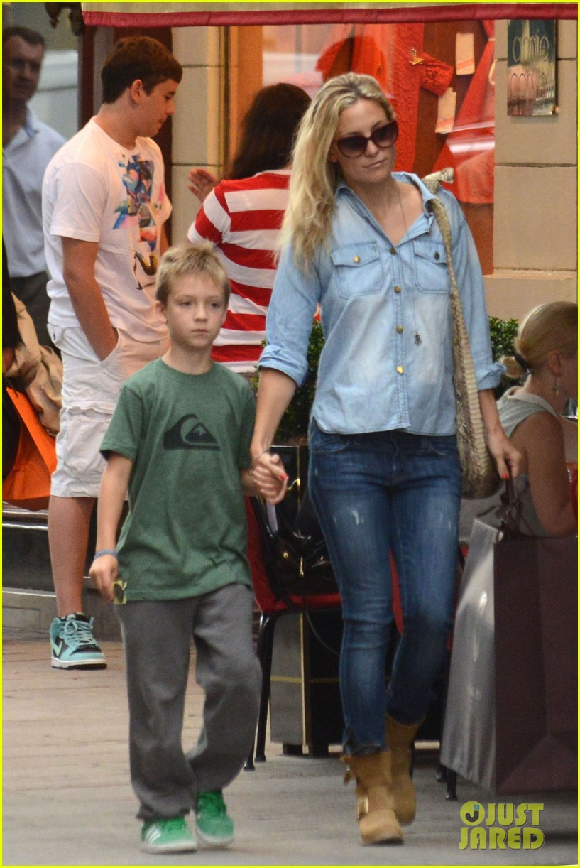 kate hudson shopping day with ryder 04
