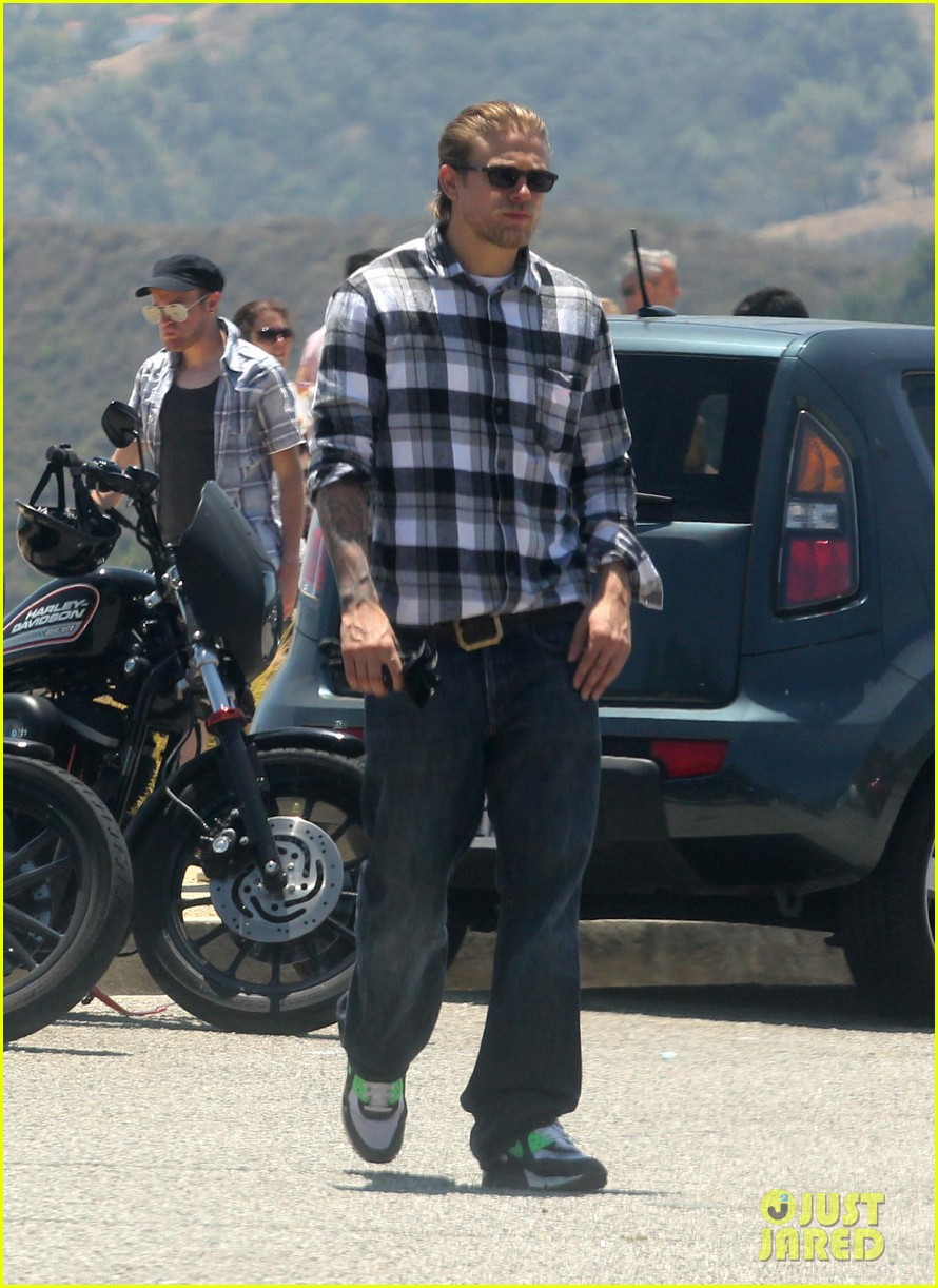 charlie hunnam ice cream pit stop 01