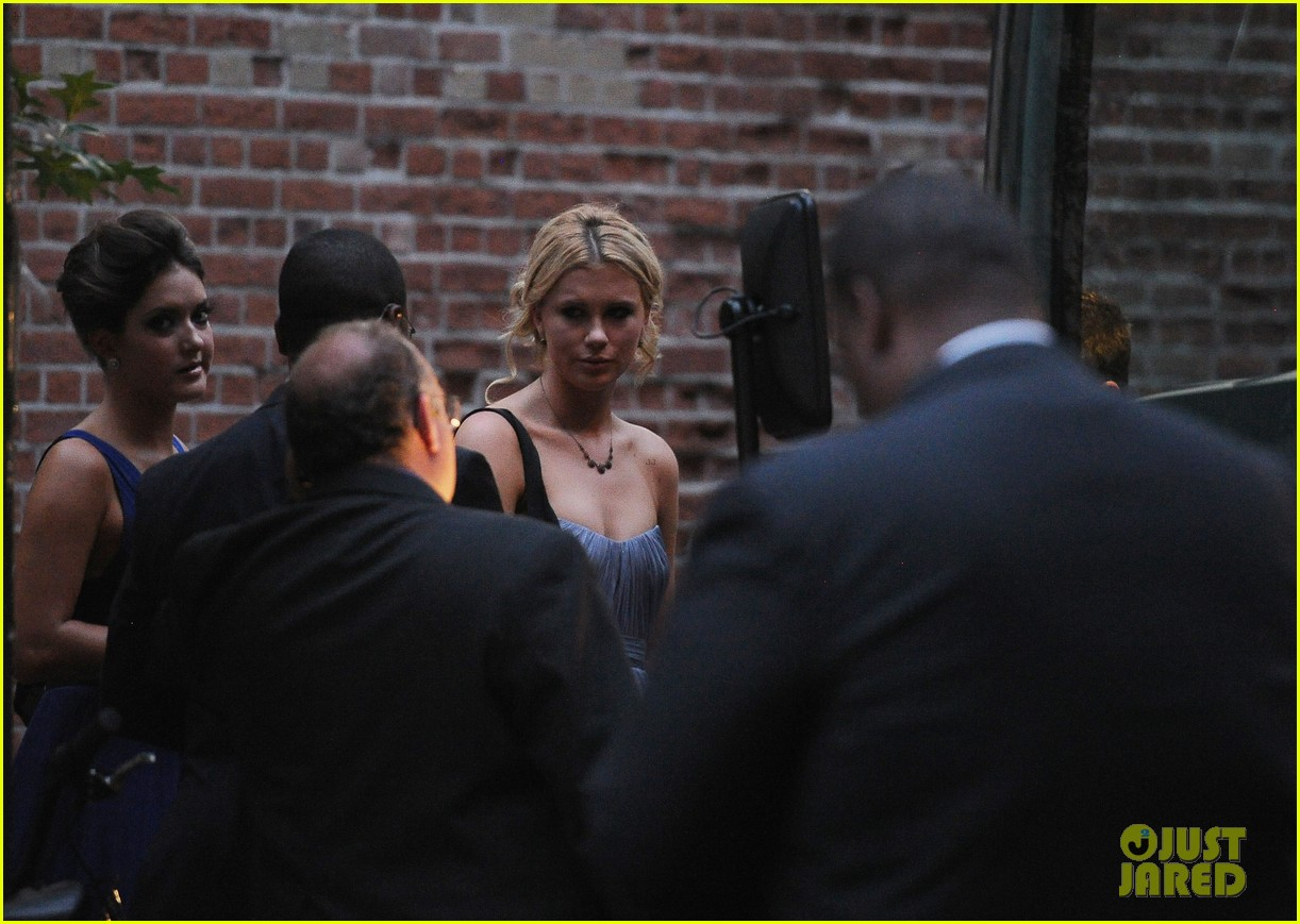 ireland baldwin dries her eyes at dad alecs wedding 12