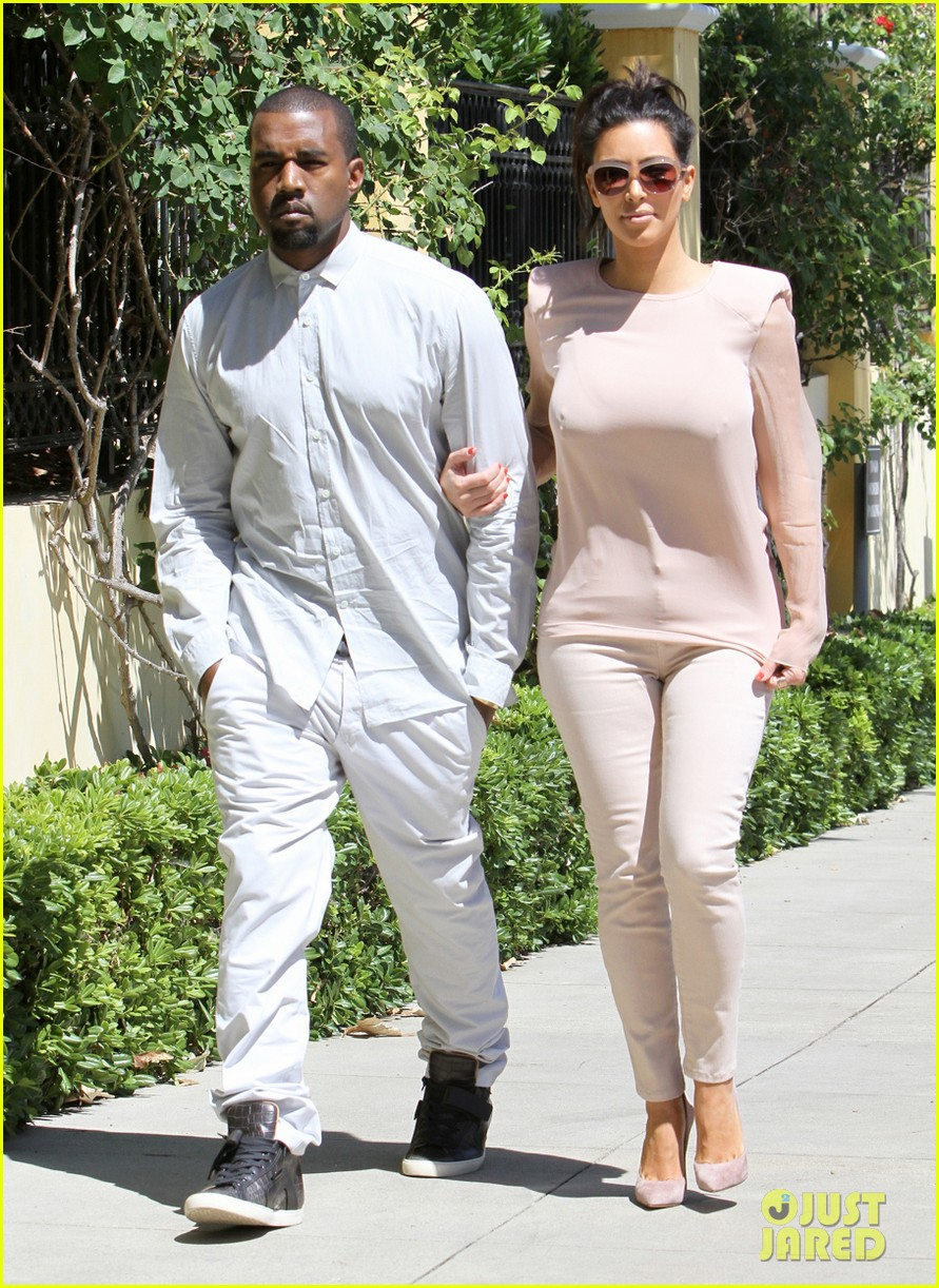 kim kanye out for a walk 04