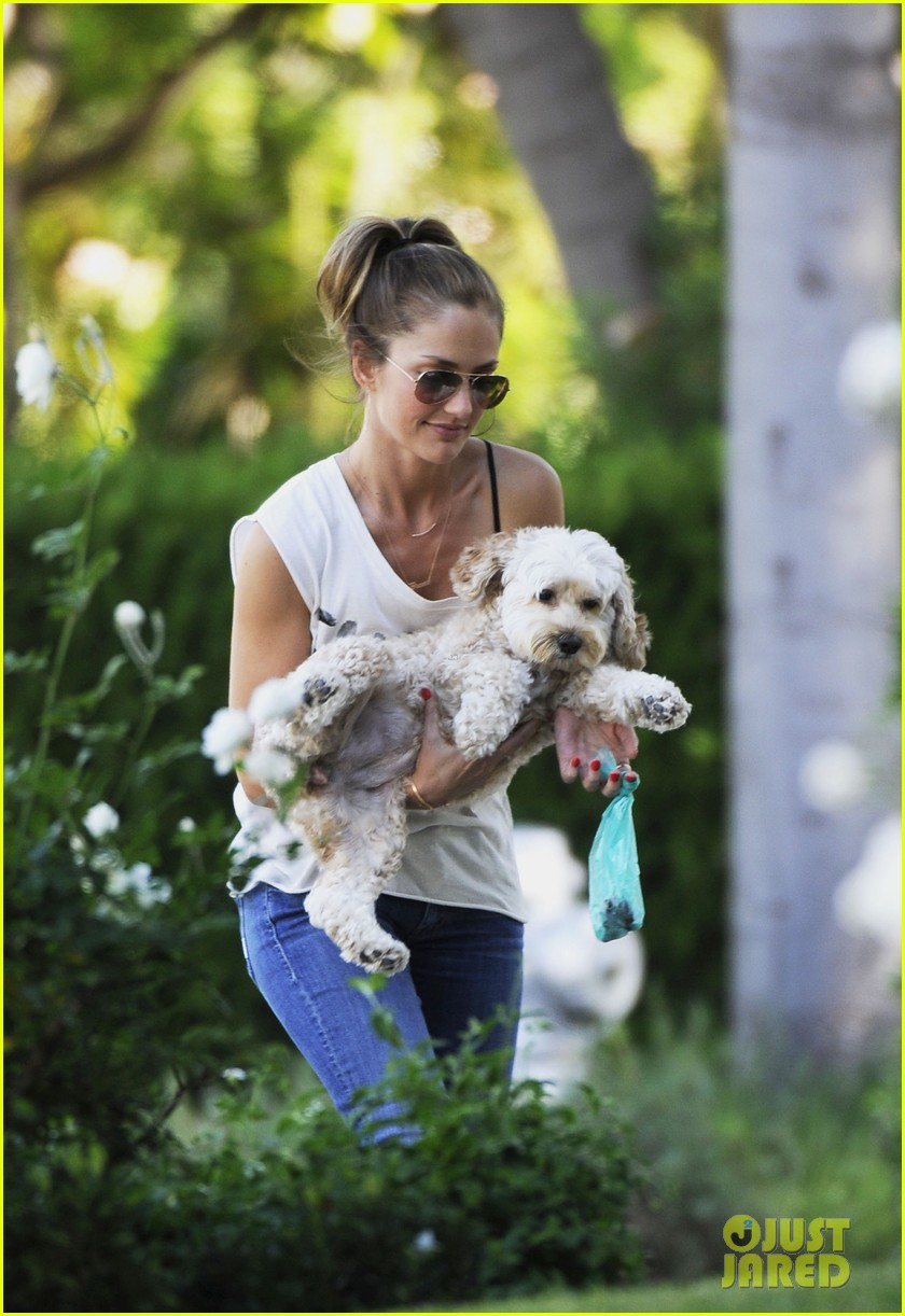 minka kelly walks dog 04