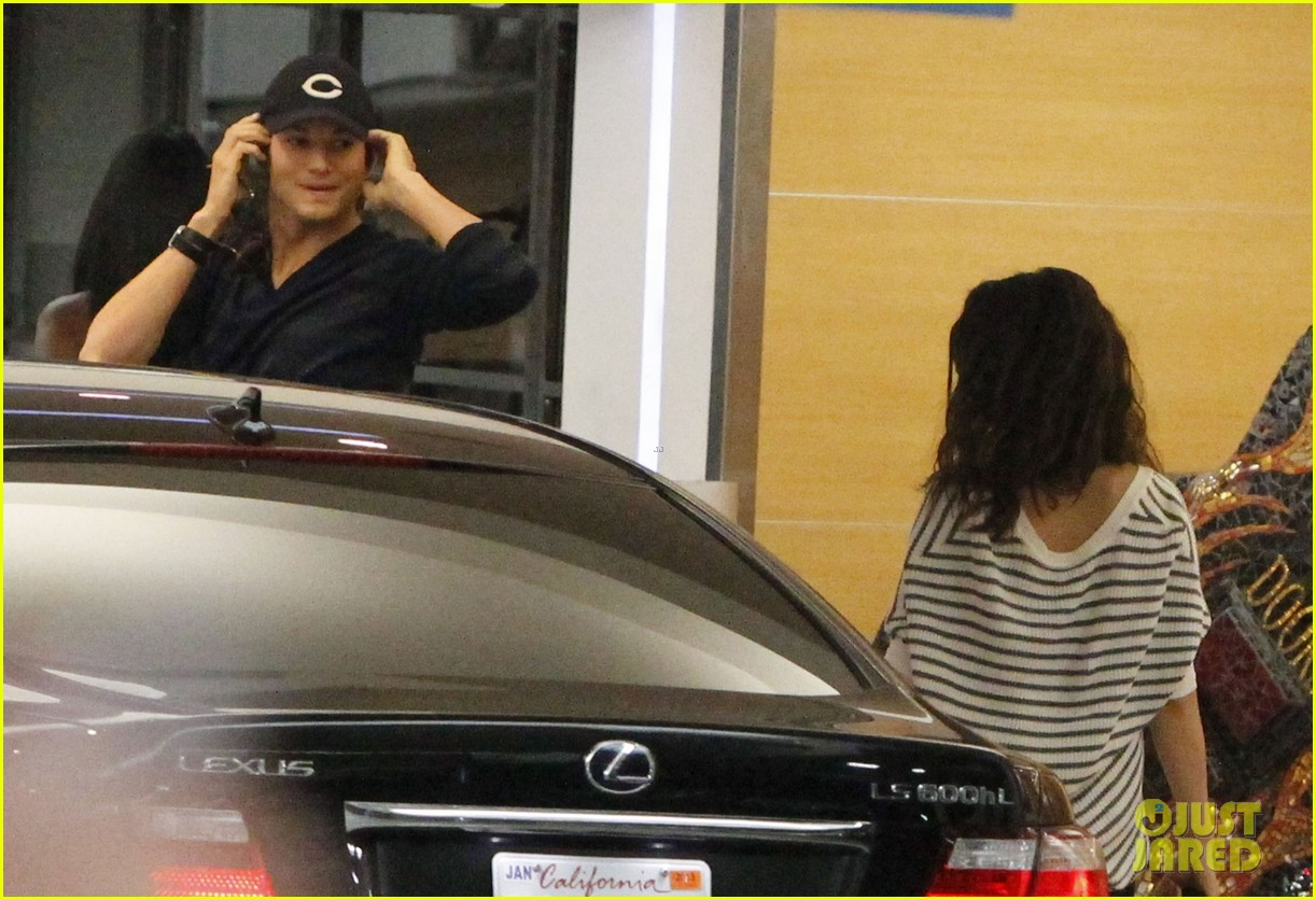 ashton kutcher mila kunis cuddle at soho house 03
