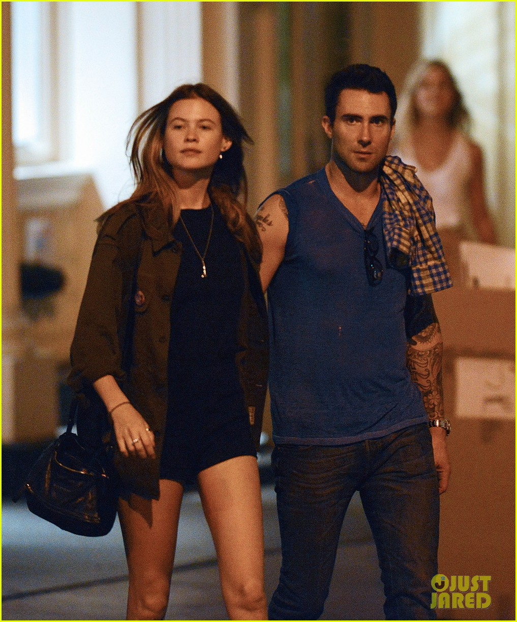 adam levine behati prinsloo hold hands 03