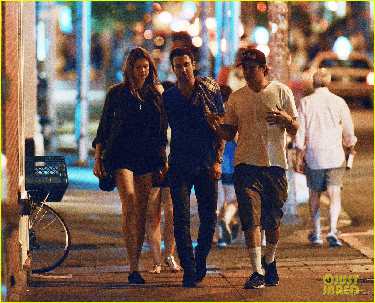 adam levine behati prinsloo hold hands 05
