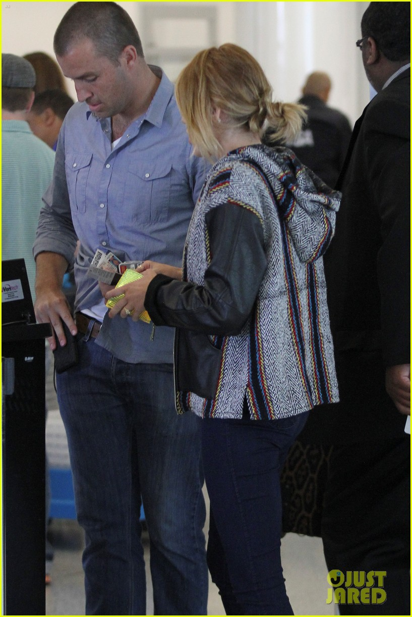 miley liam leaving lax 07