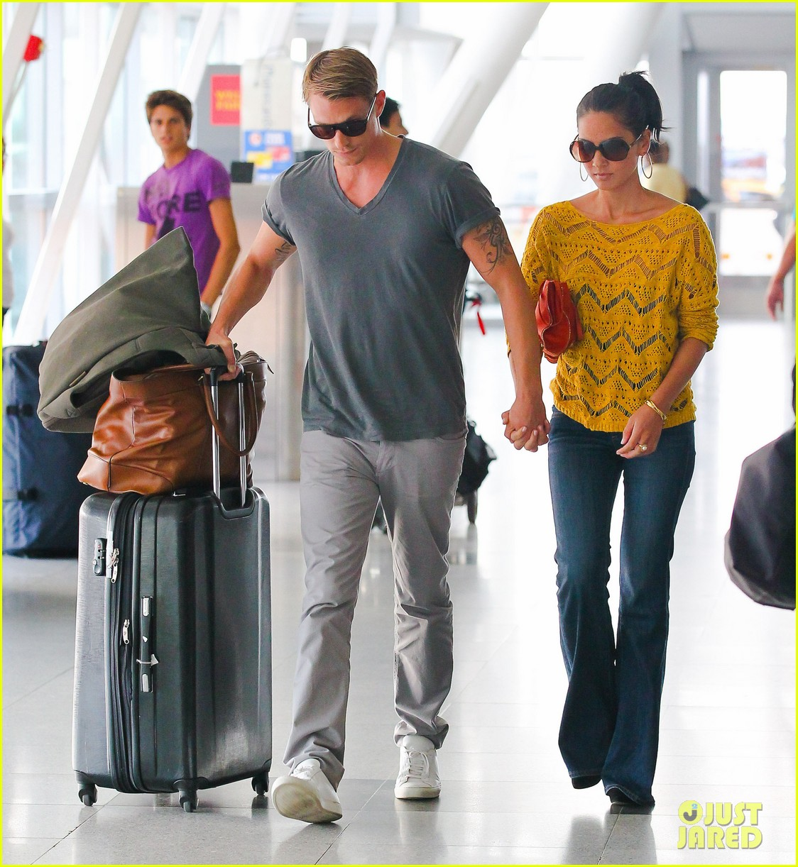 olivia munn joel kinnaman hold hands airport 06